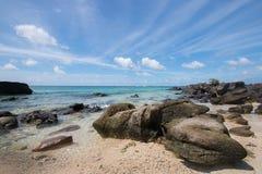Praias e rochas ensolaradas, Phuket, Tailândia Imagem de Stock