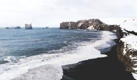 Praias pretas da areia em Islândia Fotos de Stock Royalty Free