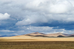 Prairie d'automne, partout dans le ciel des nuages, de la lumière et de l'ombre du soleil Images libres de droits