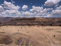 prairie jaune, à l'arrière-plan archéologique de site et de nuages images stock