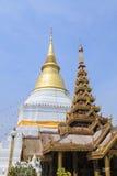 Prakaew dontao寺庙的金黄塔 库存图片