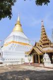 Prakaew dontao寺庙的金黄塔 免版税库存图片