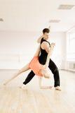 Praktijk in aerobicsruimte Royalty-vrije Stock Afbeeldingen