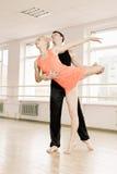 Praktijk in aerobicsruimte Stock Fotografie