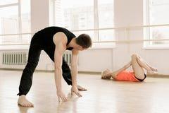 Praktijk in aerobicsruimte Stock Foto's