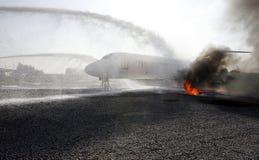 Praktijk van brandbrigade op het vliegtuig van het opleidingsmodel Stock Afbeeldingen