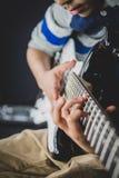 praktijken van de 8 éénjarigen de Britse Indische jongen de elektrische gitaar thuis royalty-vrije stock foto's