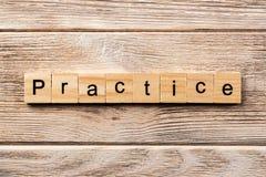 Praktijkwoord op houtsnede wordt geschreven die praktijktekst op lijst, concept royalty-vrije stock foto's
