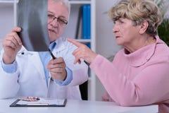 Praktiker som analyserar bröstkorgröntgenstrålen Arkivbild