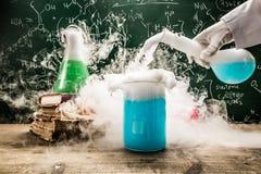 Praktische chemische tests in schoollaboratorium royalty-vrije stock foto