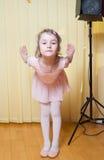 Praktisera balett för liten flicka Arkivbild