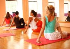 Praktisera yoga Royaltyfri Foto