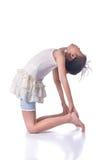 Praktisera yoga för liten flicka Arkivfoto