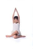 Praktisera yoga för liten flicka Arkivbilder