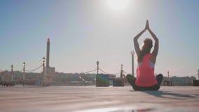 Praktisera yoga f?r ung kvinna p? stranden arkivfilmer