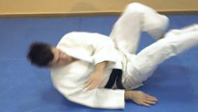 Praktiserande aikido för man, ultrarapid arkivfilmer