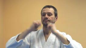 Praktiserande aikido för man, ultrarapid Aikido sport stock video