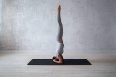 Praktiserande avancerad yoga för kvinna En serie av yoga poserar Arkivfoto
