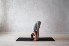 Praktiserande avancerad yoga för kvinna En serie av yoga poserar Fotografering för Bildbyråer