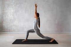 Praktiserande avancerad yoga för kvinna En serie av yoga poserar Royaltyfri Fotografi