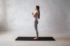 Praktiserande avancerad yoga för kvinna En serie av yoga poserar Royaltyfri Foto