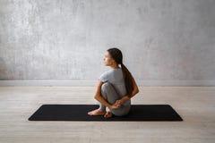 Praktiserande avancerad yoga för kvinna En serie av yoga poserar Arkivbild