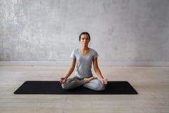 Praktiserande avancerad yoga för kvinna En serie av yoga poserar Royaltyfri Bild