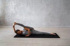 Praktiserande avancerad yoga för kvinna En serie av yoga poserar Arkivbilder