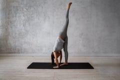 Praktiserande avancerad yoga för kvinna En serie av yoga poserar Royaltyfria Bilder