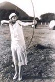 Praktiserande bågskytte för kvinna arkivbild
