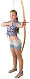 Praktiserande bågskytte för tonårig flicka som isoleras på vit royaltyfri foto
