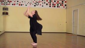 Praktiserande balett för behagfull flicka i studion arkivfilmer