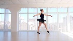 Praktiserande balettflyttningar för härlig ung ballerina stock video