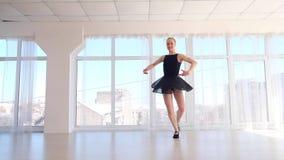 Praktiserande balettflyttningar för ung härlig ballerina arkivfilmer