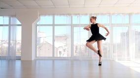 Praktiserande balettflyttningar för ursnygg ung ballerina lager videofilmer
