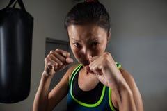 Praktiserande boxning för kvinna i konditionstudio Royaltyfria Bilder