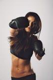 Praktiserande boxning för latinamerikansk kvinnlig boxare Fotografering för Bildbyråer