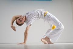 Praktiserande capoeira för man, brasiliansk kampsport Arkivfoto
