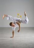 Praktiserande capoeira för man, brasiliansk kampsport Arkivbild