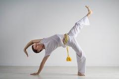 Praktiserande capoeira för man, brasiliansk kampsport Arkivfoton