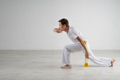 Praktiserande capoeira för man, brasiliansk kampsport Royaltyfri Bild