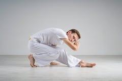 Praktiserande capoeira för man, brasiliansk kampsport Fotografering för Bildbyråer