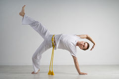 Praktiserande capoeira för man, brasiliansk kampsport Royaltyfria Foton