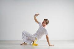 Praktiserande capoeira för man, brasiliansk kampsport Royaltyfri Foto