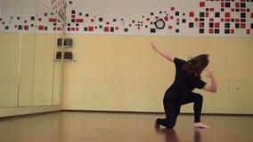 Praktiserande dans för härlig ung brunettkvinna i en dansstudio lager videofilmer