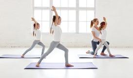 Praktiserande förlovat i gymnastik och yoga med läraren fotografering för bildbyråer