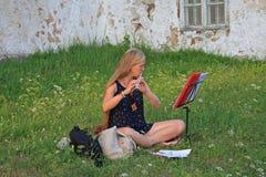 Praktiserande flöjt för flicka Royaltyfri Bild