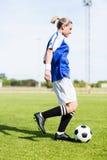 Praktiserande fotboll för kvinnlig fotbollsspelare royaltyfria foton