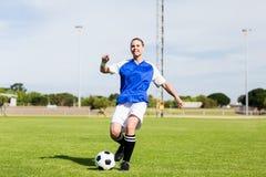 Praktiserande fotboll för kvinnlig fotbollsspelare royaltyfri fotografi