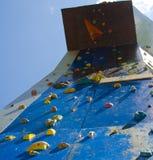 Praktiserande fri klättring Arkivbilder
